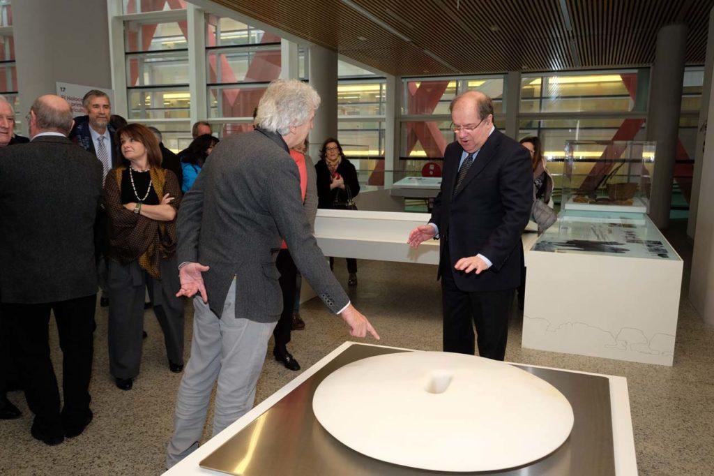 El presidente de la Junta de Castilla y León, Juan Vicente Herrera, asistió a la presentación en el Museo de la Evolución Humana de la pieza escultórica 'El Culto'.