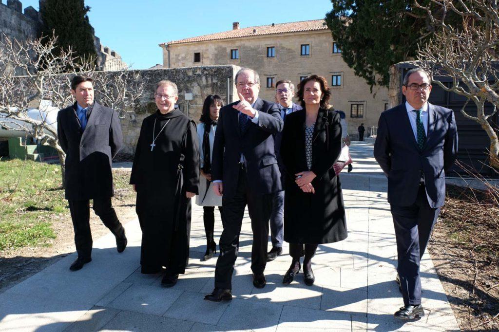 Juan Vicente Herrera visitó el pasado 15 de febrero las últimas obras acometidas en el Monasterio de Santo Domingo de Silos, en Burgos, para la urbanización del acceso exterior y la plaza interior del inmueble.