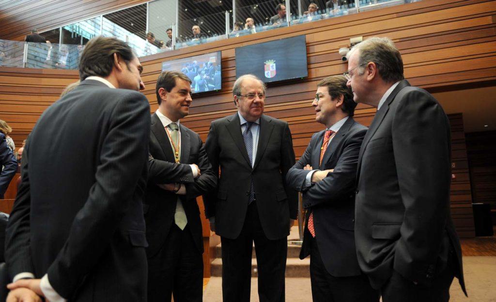 Herrera departe con otros dirigentes en el acto de conmemoración del aniversario del Estatuto de Autonomía de Castilla y León.