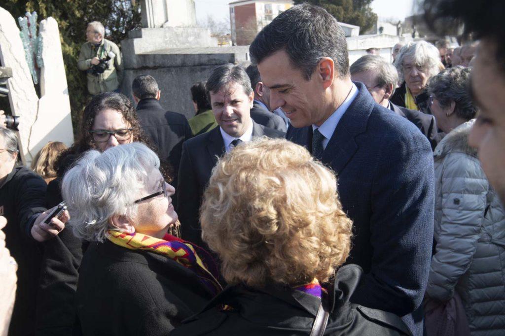 El presidente del Gobierno, Pedro Sánchez, conversa con asistentes al acto de homenaje al presidente de la II República Manuel Azaña en el cementerio de Montauban.
