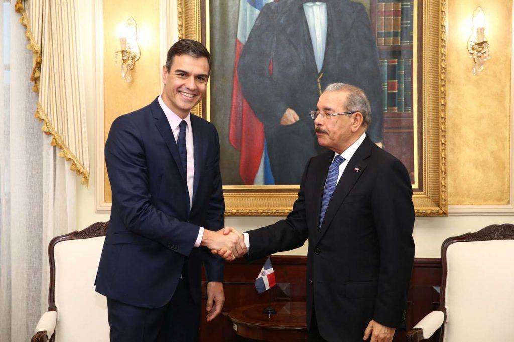 El presidente del Gobierno, Pedro Sánchez, saluda al presidente de la República Dominicana, Danilo Medina, con quien mantuvo una reunión.
