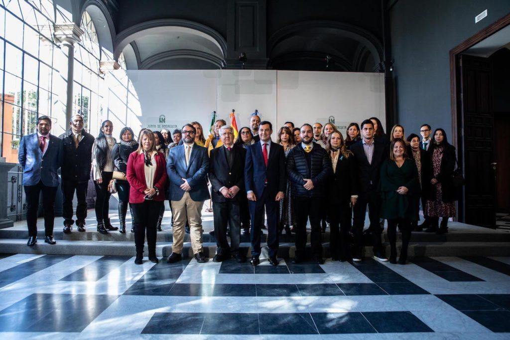 Juanma Moreno con representantes de asociaciones venezolanas en Andalucía.