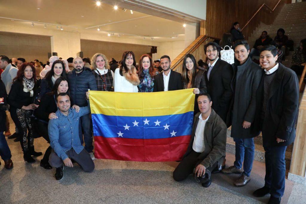 La presidenta de las Cortes de Castilla y León, Silvia Clemente (centro), posa con venezolanos asistentes al encuentro.