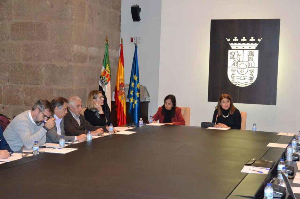 La directora general de Acción Exterior, Rosa Balas (derecha), durante la reunión del Comité Ejecutivo de Acción Exterior.