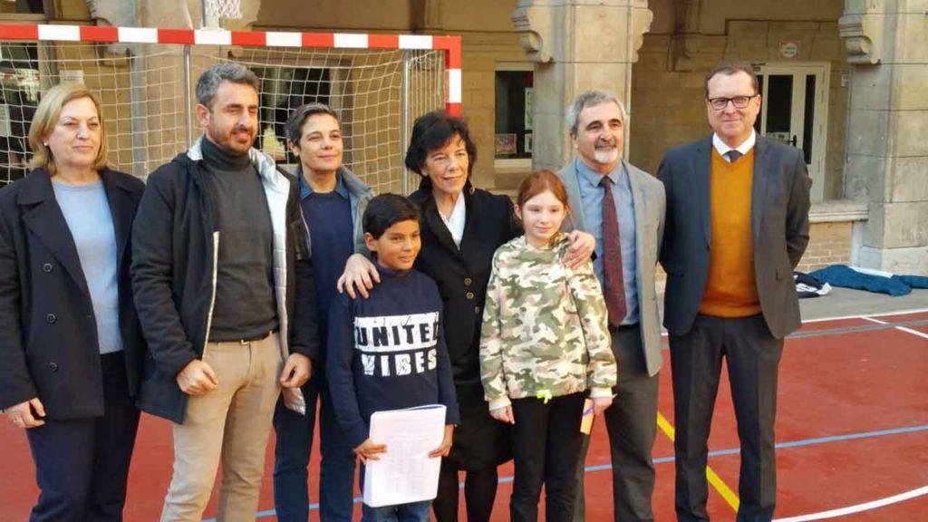 La ministra Isabel Celaá, tercera por la derecha, con alumnos y directivos del Colegio Federico García Lorca de París.