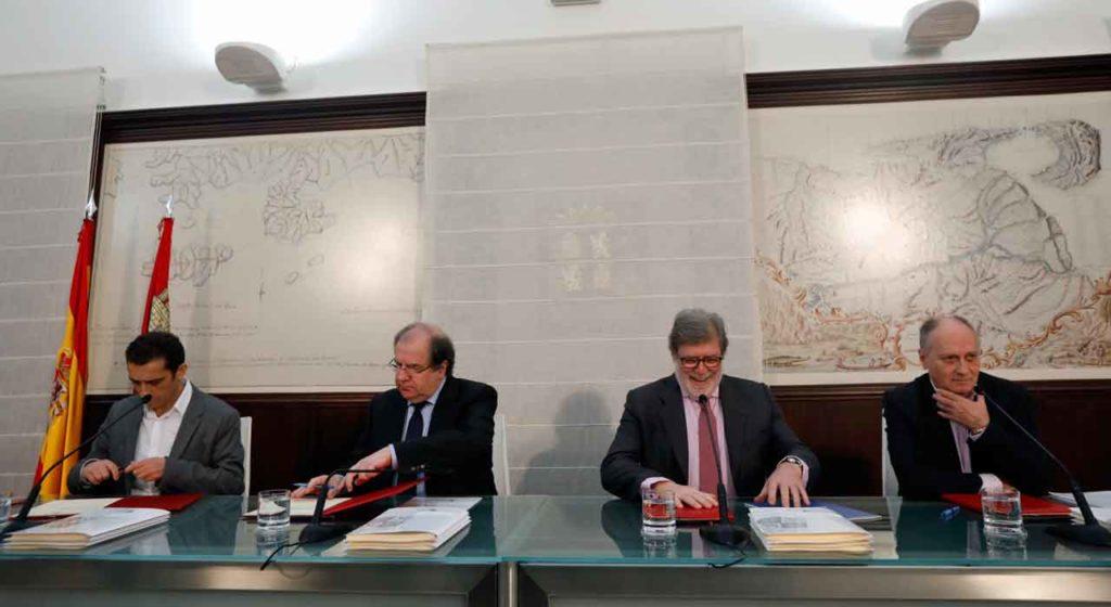 Vicente Andrés Granado, Juan Vicente Herrera, Santiago Aparicio y Faustino Temprano en la firma del acuerdo.