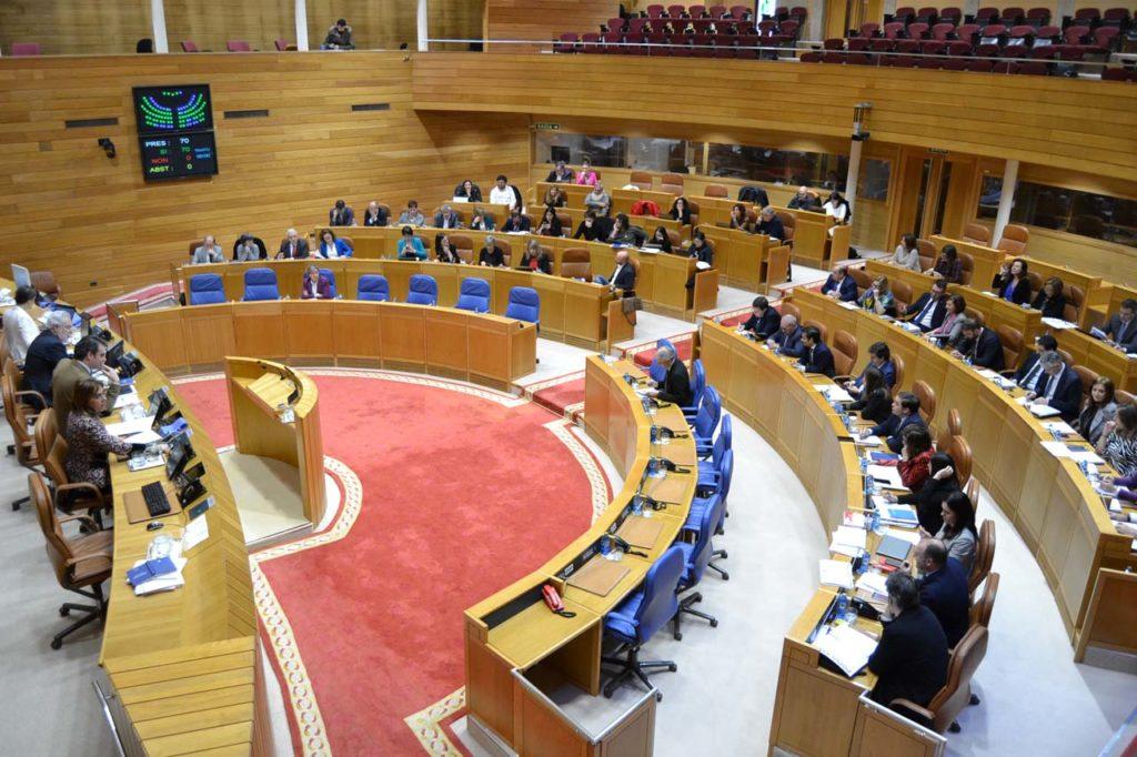 Imagen de la sesión parlamentaria, con Francisco Conde sentado en los bancos azules del Gobierno gallego.