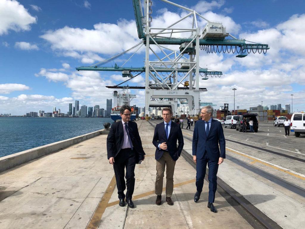 El presidente de la Xunta, Alberto Núñez Feijóo, y el conselleiro de Economía, Emprego e Industria, Francisco Conde, durante su recorrido por el Puerto de Miami.