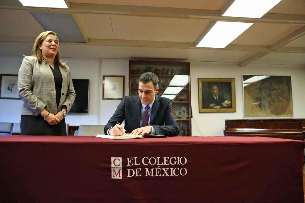 El presidente del Gobierno, Pedro Sánchez, junto a la presidenta del Colegio de México, firma en el Libro de Honor de la institución.