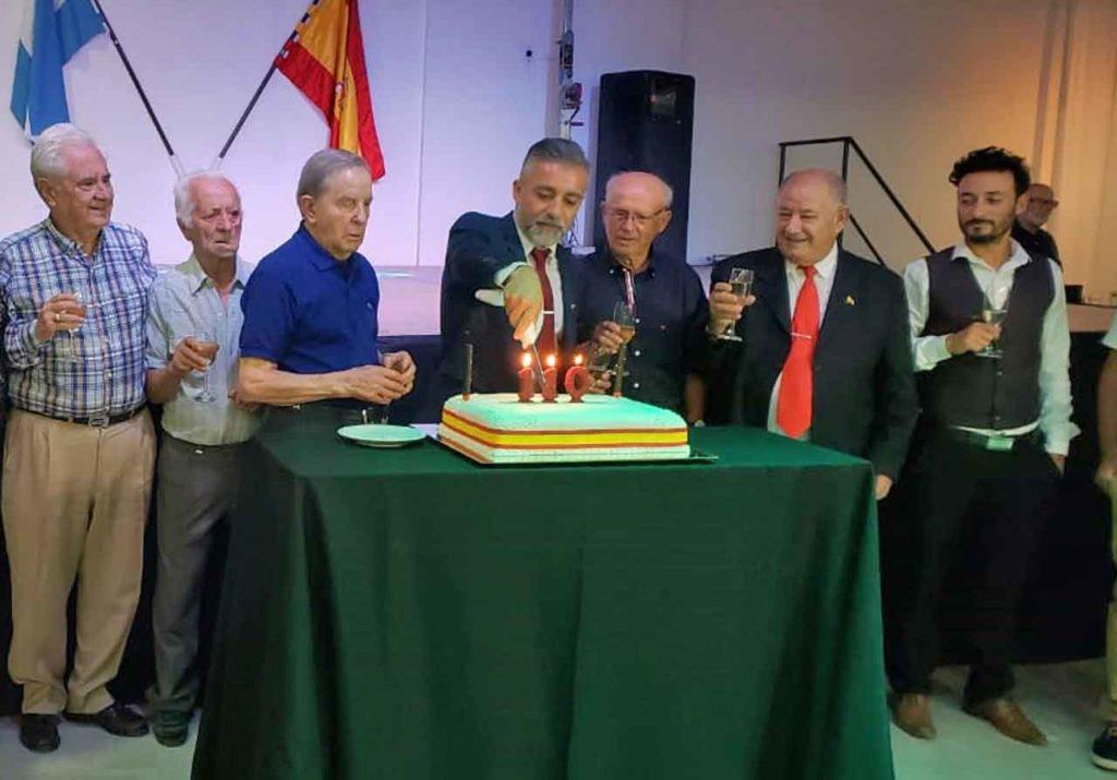 Manuel Cuesta encendiendo las velas de la tarta del 110 aniversario.