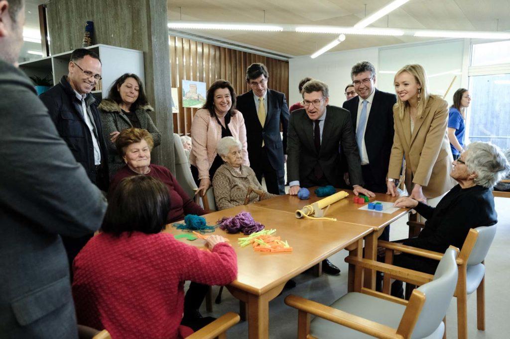 Feijóo, durante la visita a la nueva residencia de mayores en Cesantes (Redondela).
