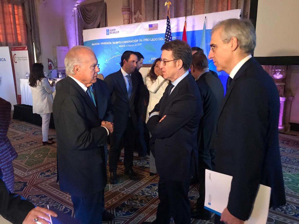 Núñez Feijóo y el conselleiro de Economía, Emprego e Industria, Francisco Conde, departieron con los asistentes al encuentro con la Cámara de Comercio de España en Miami.