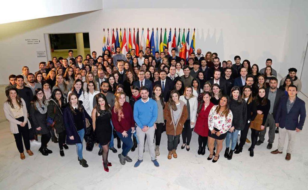 Los beneficiarios de la segunda edición de las BEME y las becas de FP con el presidente de la Xunta, Alberto Núñez Feijóo, y el secretario xeral da Emigración, Antonio Rodríguez Miranda.