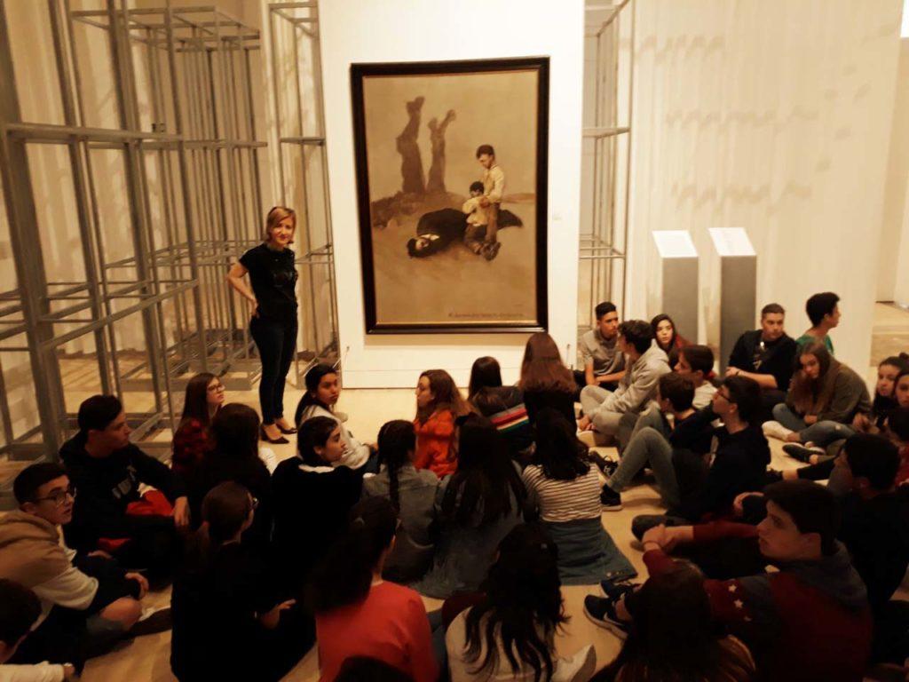 Un grupo de escolares ante el cuadro de Castelao cedido para la exposición por el Centro Galicia de Buenos Aires.
