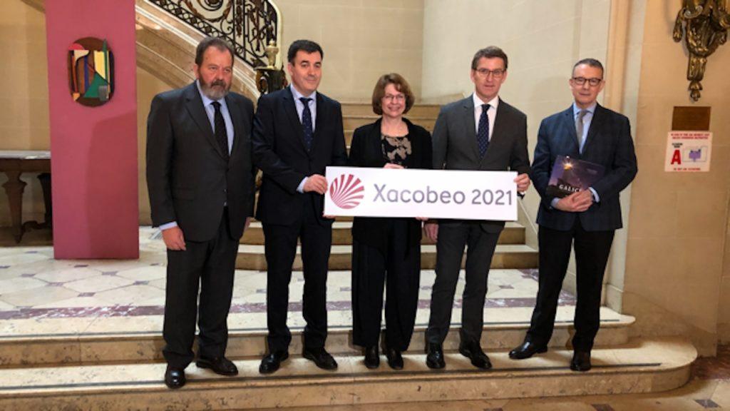 Feijóo y Román Rodríguez, conselleiro de Cultura e Turismo, con representantes del Institute of Fine Arts (IFA) tras la firma del convenio.