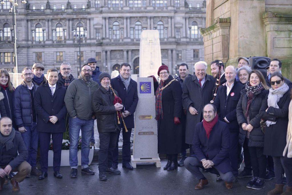 Asistentes al descubrimiento en Glasgow del hito situado a 1.475 kilómetros de la Catedral de Santiago.
