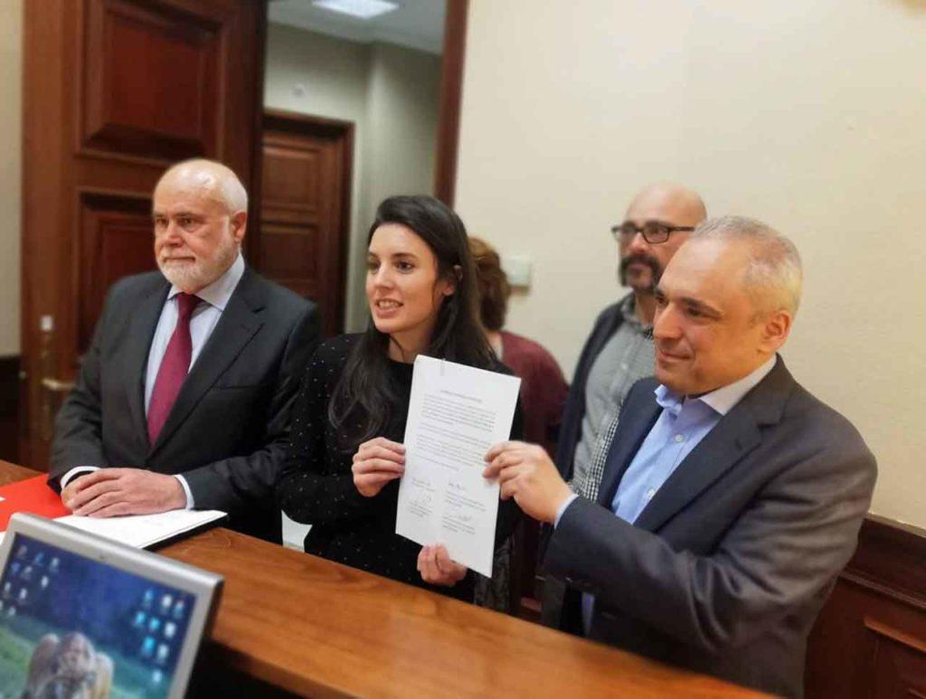 Gregorio Cámara, Irene Montero, Txema Guijarro y Rafael Simancas presentaron la propuesta en el registro del Congreso.