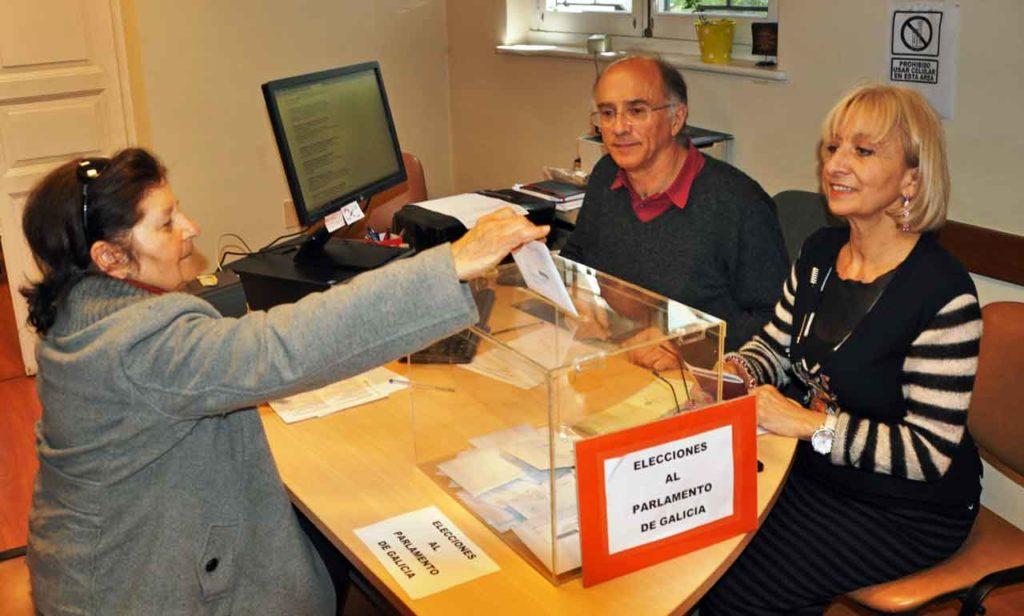 Una emigrante gallega depositando su voto en el Consulado de Montevideo en las elecciones autonómicas de 2016.
