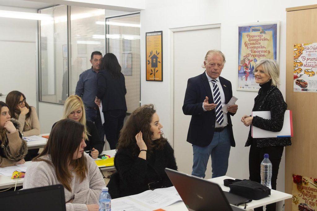 La secretaria xeral de Emprego, Covadonga Toca, valoró los datos del paro registrado en la visita que realizó a Emprega-Te III, el programa integrado de empleo que, con el apoyo de la Xunta, desarrolla la asociación de comerciantes Compostela Monumental.