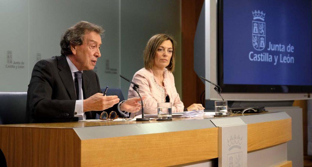 El vicepresidente y consejero de la Presidencia, José Antonio de Santiago-Juárez, explica los acuerdos del Consejo de Gobierno en presencia de la portavoz y consejera de Agricultura y Ganadería, Milagros Marcos.