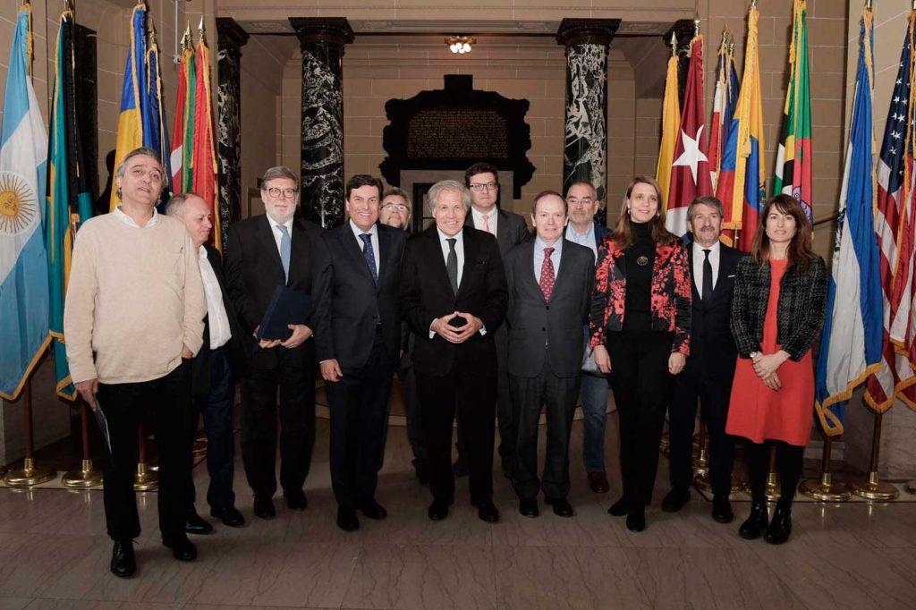 Miembros del Consejo de Diálogo Social con el secretario general de la OEA.