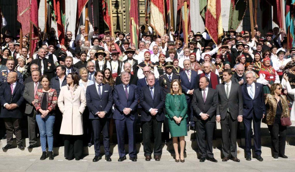 Foto de familia ante las puertas del Congreso.