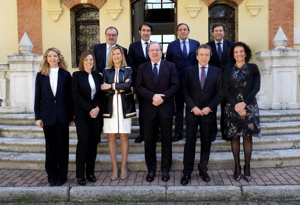 Última imagen del Gobierno, del 21 de marzo, con las ya exconsejeras Alicia García y Milagros Marcos (1ª y 2ª por la izquierda).