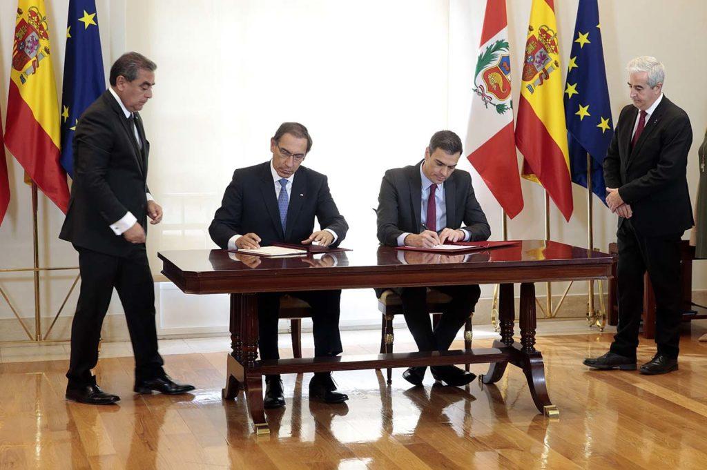 El presidente del Gobierno, Pedro Sánchez, y el presidente de Perú, Martín Vizcarra, durante la firma de acuerdos.