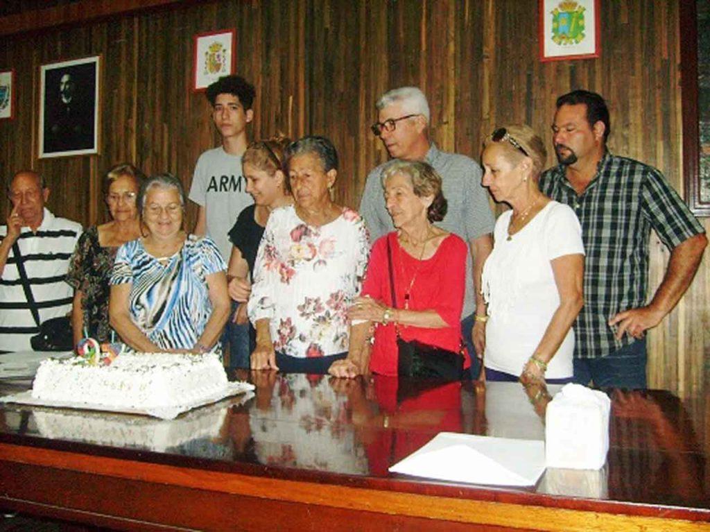 No faltó la tarta por el aniversario de la entidad.