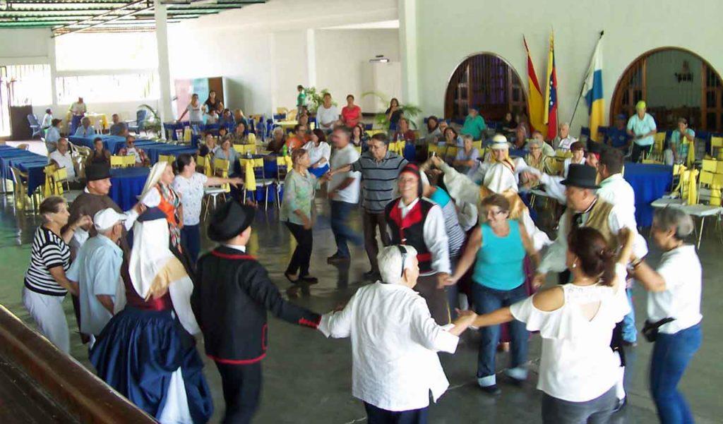 Bailando con la agrupación Tanausú.