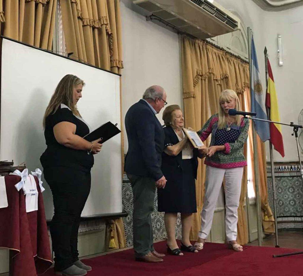 Las mujeres distinguidas recibieron el premio con mucha emoción.