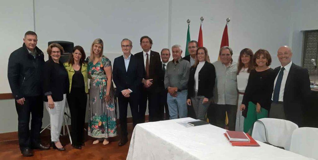 José Alarcón, centro, con los asistentes al encuentro.
