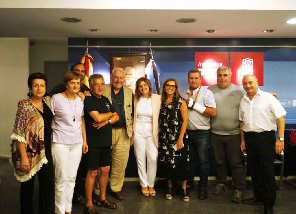 Pilar Cancela, en el centro de blanco, con afiliados del PSOE en Buenos Aires.