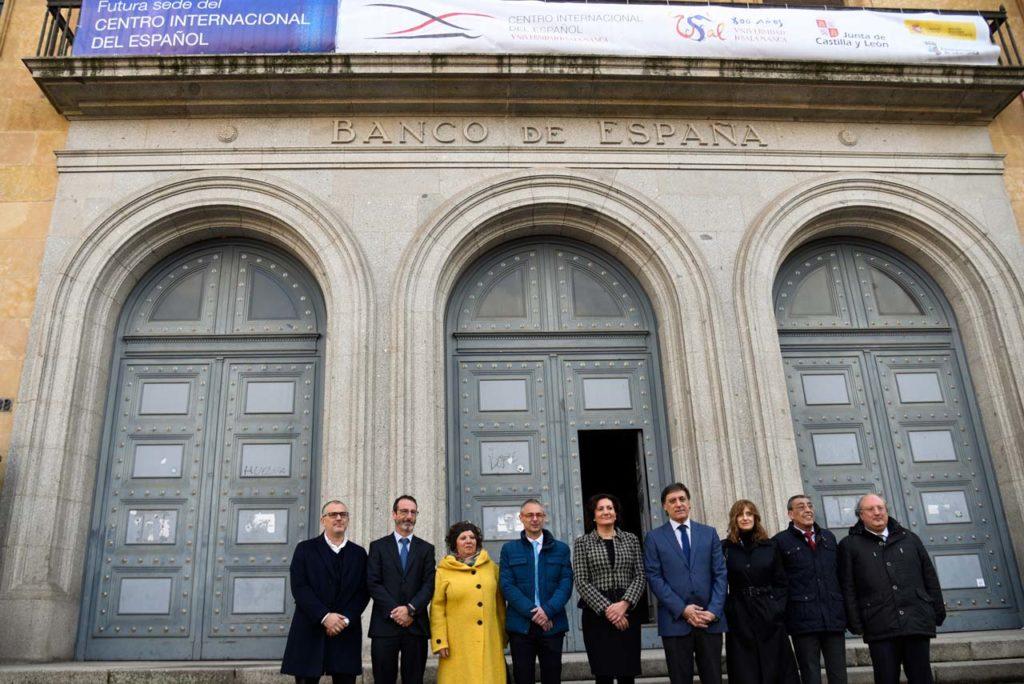 García Cirac (centro) y el resto de autoridades ante la antigua sede del Banco de España.