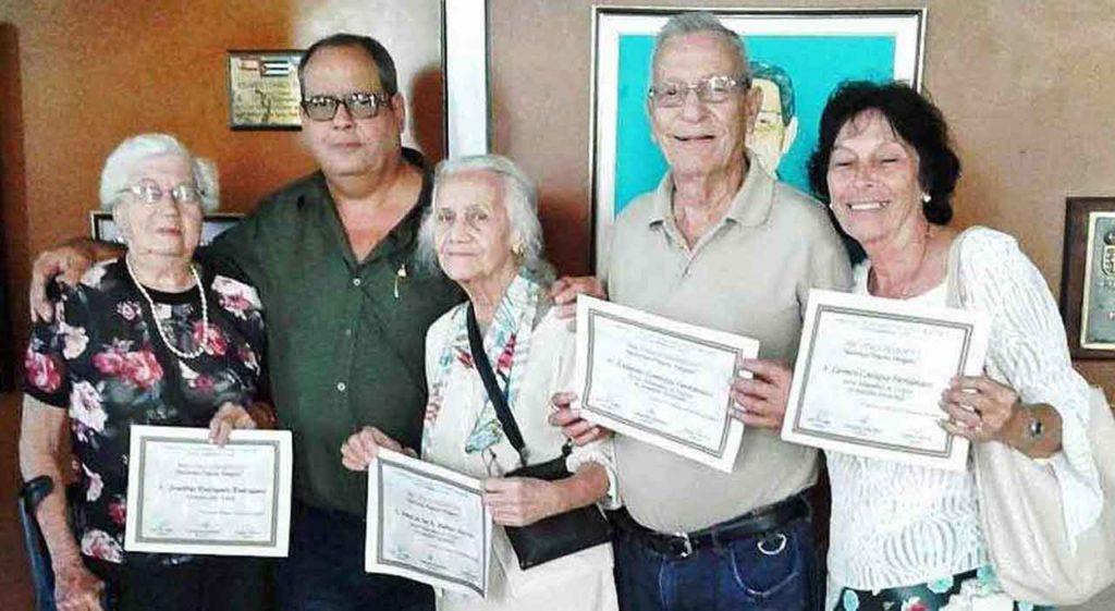 El presidente Julio Gallo (segundo izquierda) con los asociados galardonados.