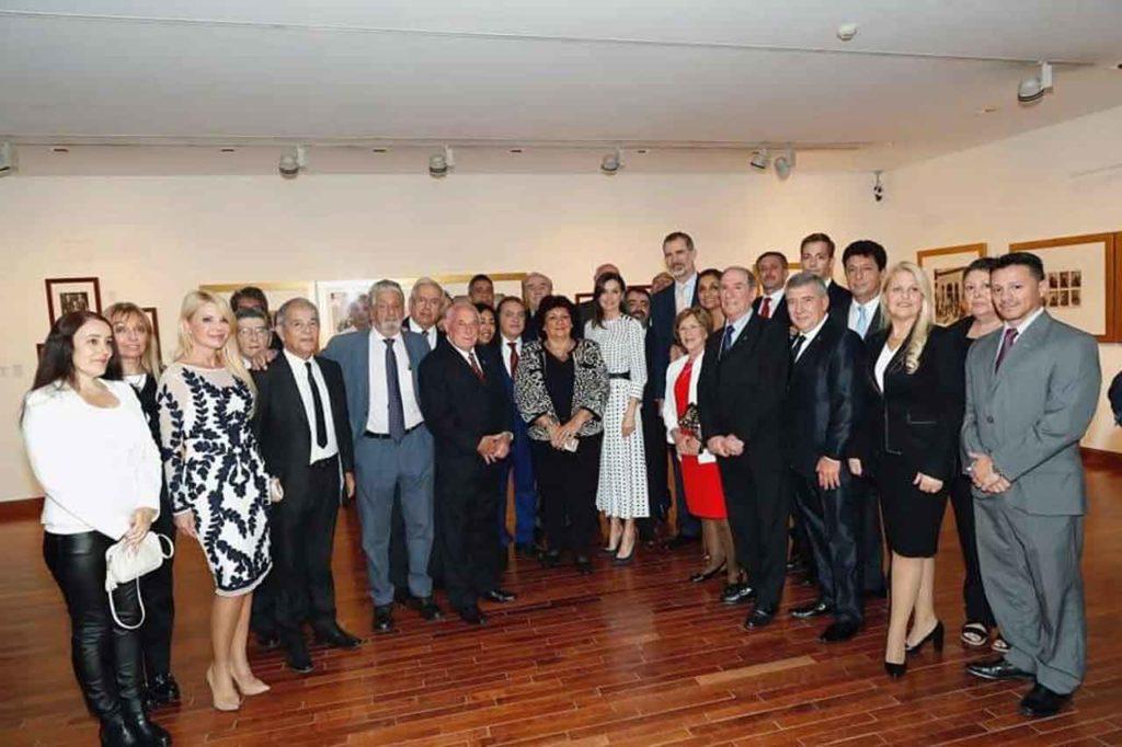 Los Reyes junto a representantes de la colectividad española de Córdoba.