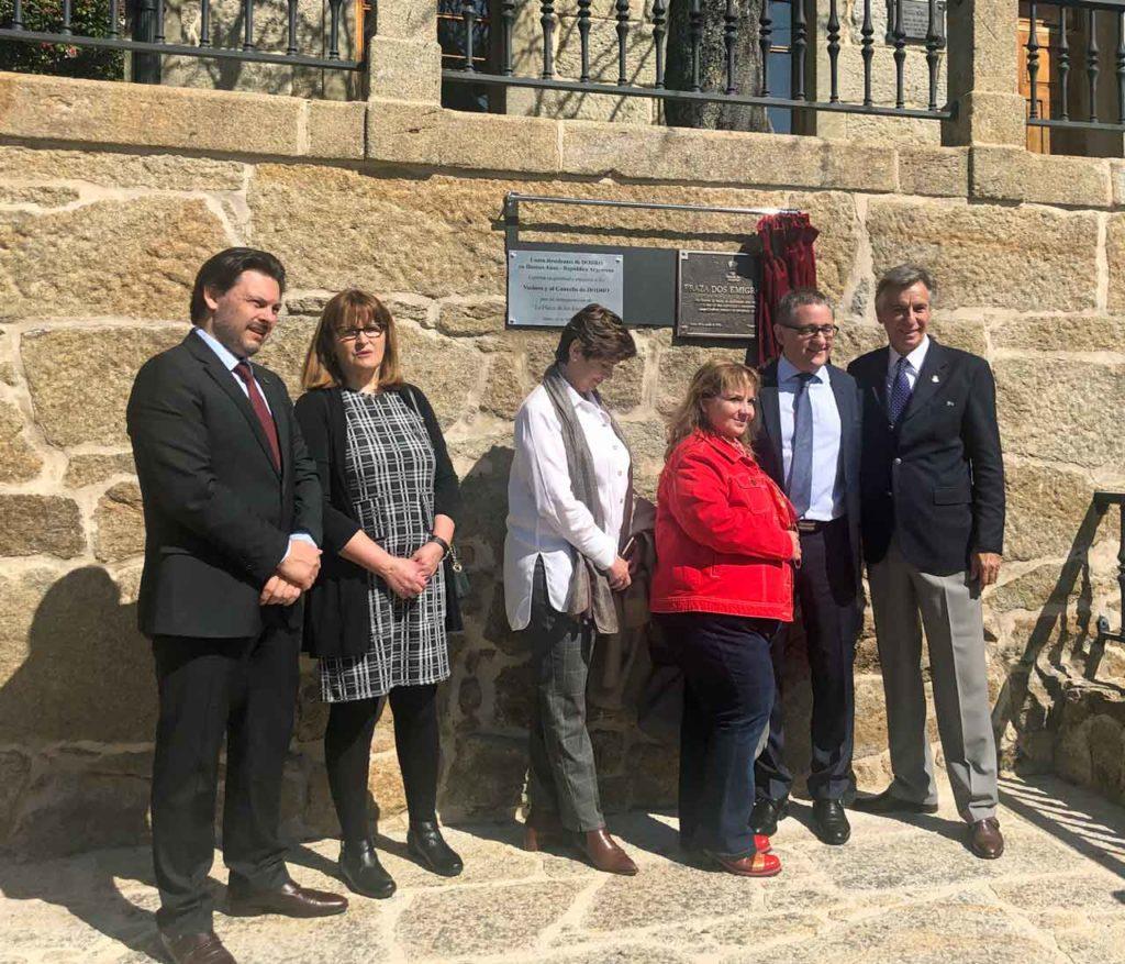 El secretario da Emigración, primero izquierda, en el acto en la Plaza del Emigrante en Dodro.