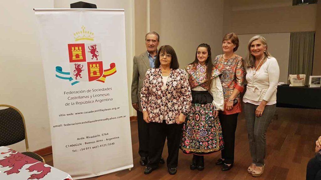 Pedro Bello y Liliana Fuentes, a los costados, junto a las disertantes.