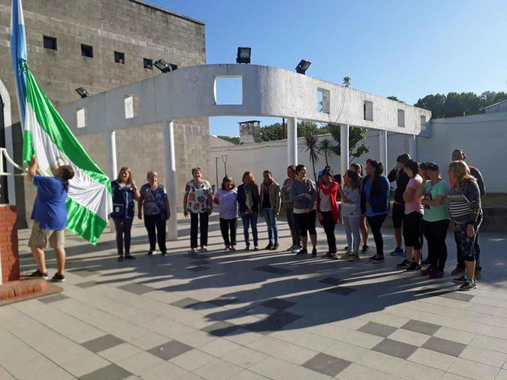 Las banderas de Andalucía y Argentina hermanadas al ser izadas.