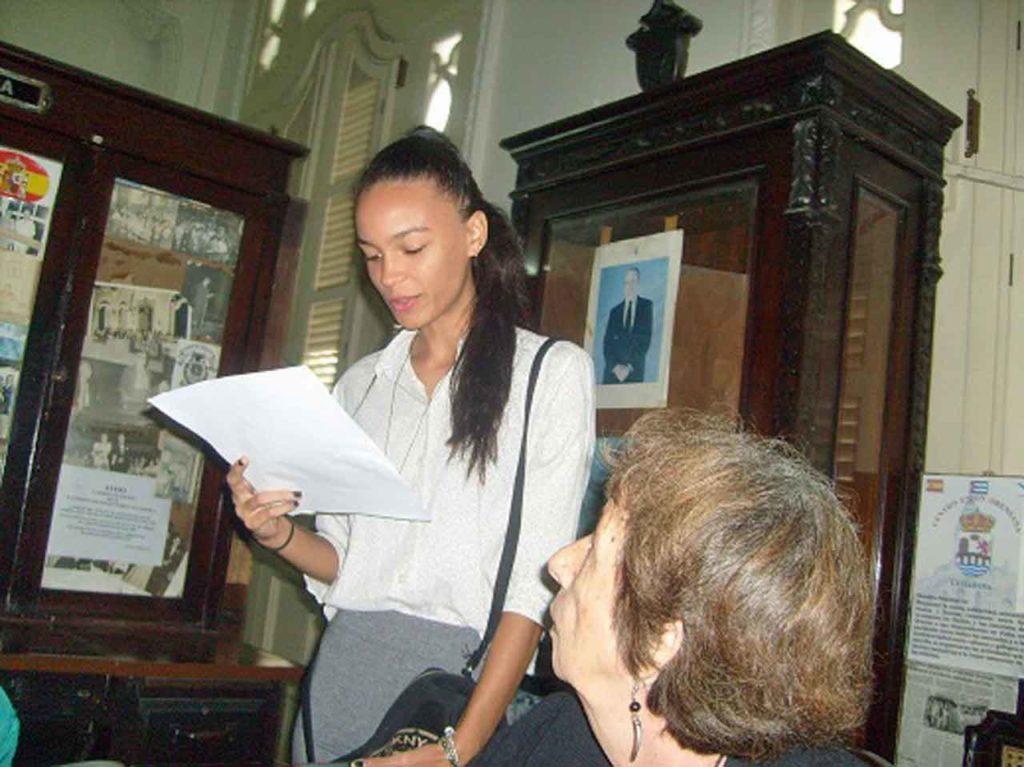 La joven Aalyach Puente Lacomba leyó al compromiso de trabajo de la Junta Directiva para el nuevo mandato.