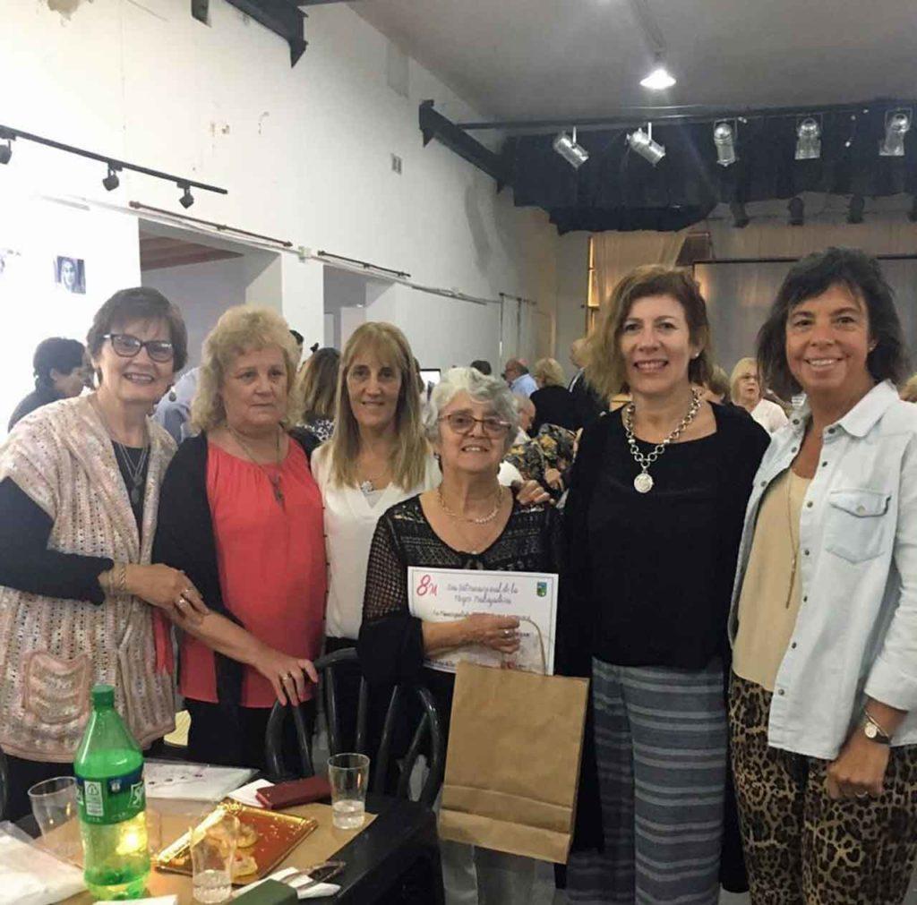 Beatriz Pascual, centro, con sus compañeras del Centro Castellano y Leonés de Tres Lomas.