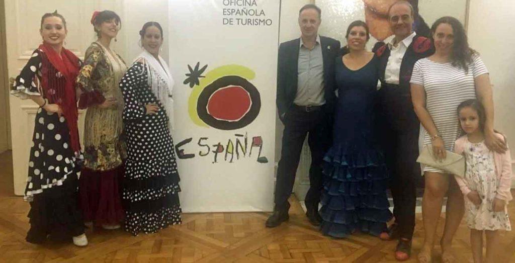 El conjunto de baile del Rincón Familiar Andaluz posa luego de su actuación.