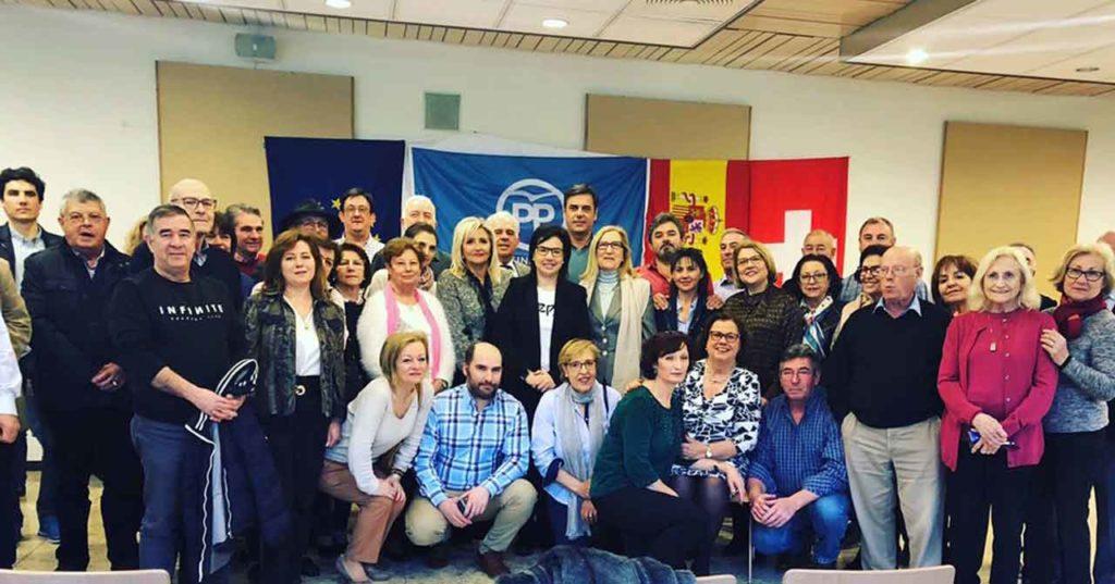 Ana Vázquez, en el centro, con afiliados y simpatizantes del PP en Suiza.