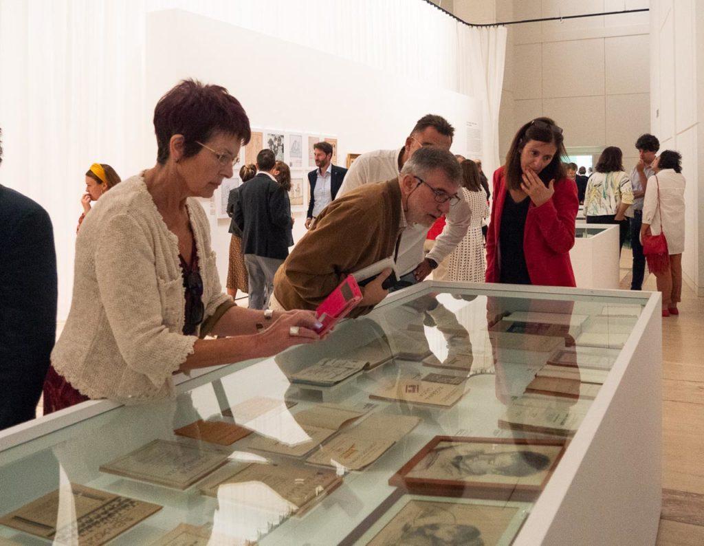 Un grupo de personas observando diferentes obras expuestas en la muestra Castelao maxistral.