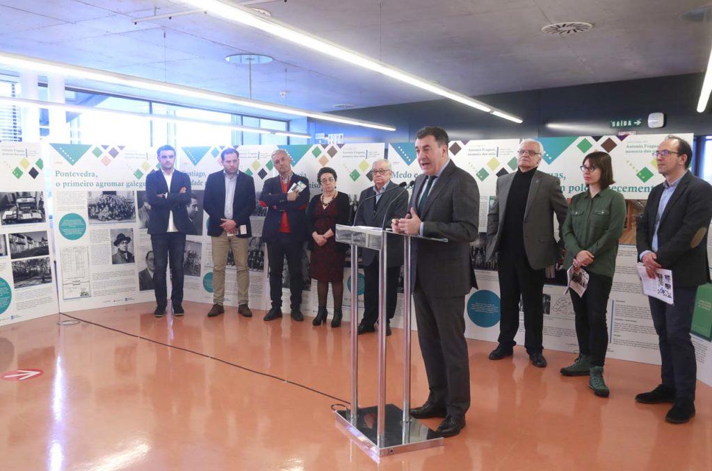El conselleiro de Cultura e Turismo, Román Rodríguez, y el resto de autoridades en la presentación de la muestra sobre Fraguas.
