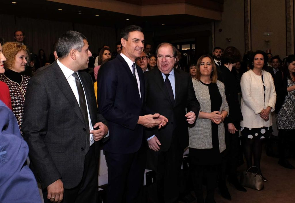 El presidente de la Junta, Juan Vicente Herrera,charla con el presidente del Gobierno, Pedro Sánchez, en el acto de inauguración.