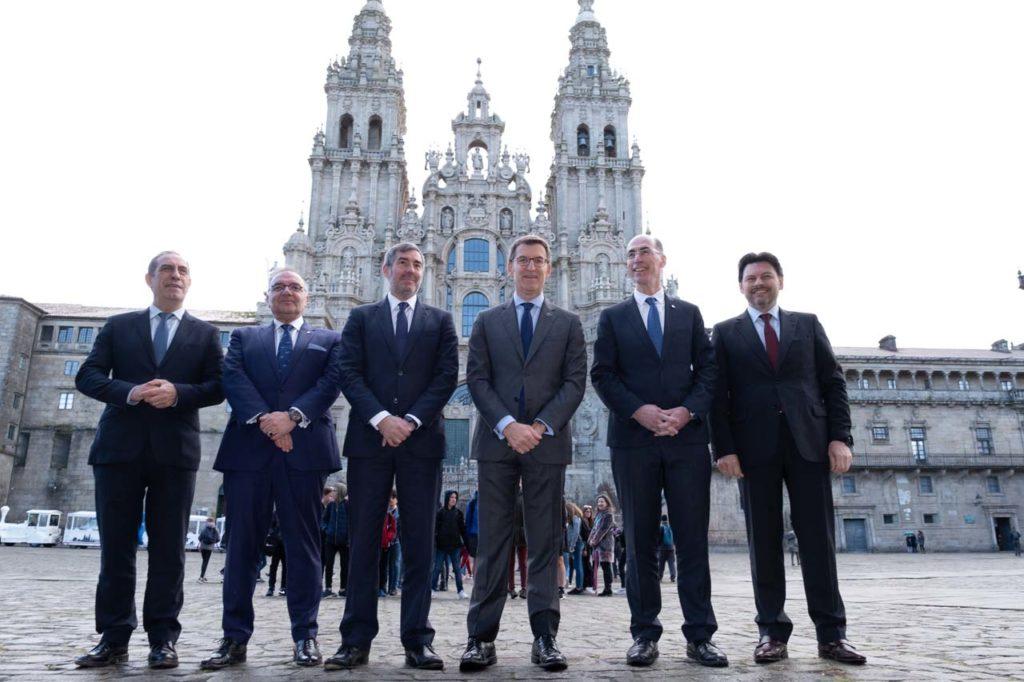 Alberto Núñez Feijóo y Fernando Clavijo Batlle posan en la plaza del Obradoiro ante la catedral de Santiago acompañados por miembros de sus gobiernos.