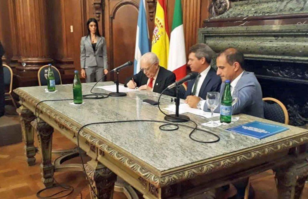 Benito Blanco, Diego Capuya y Julio Croci en el momento de la firma.