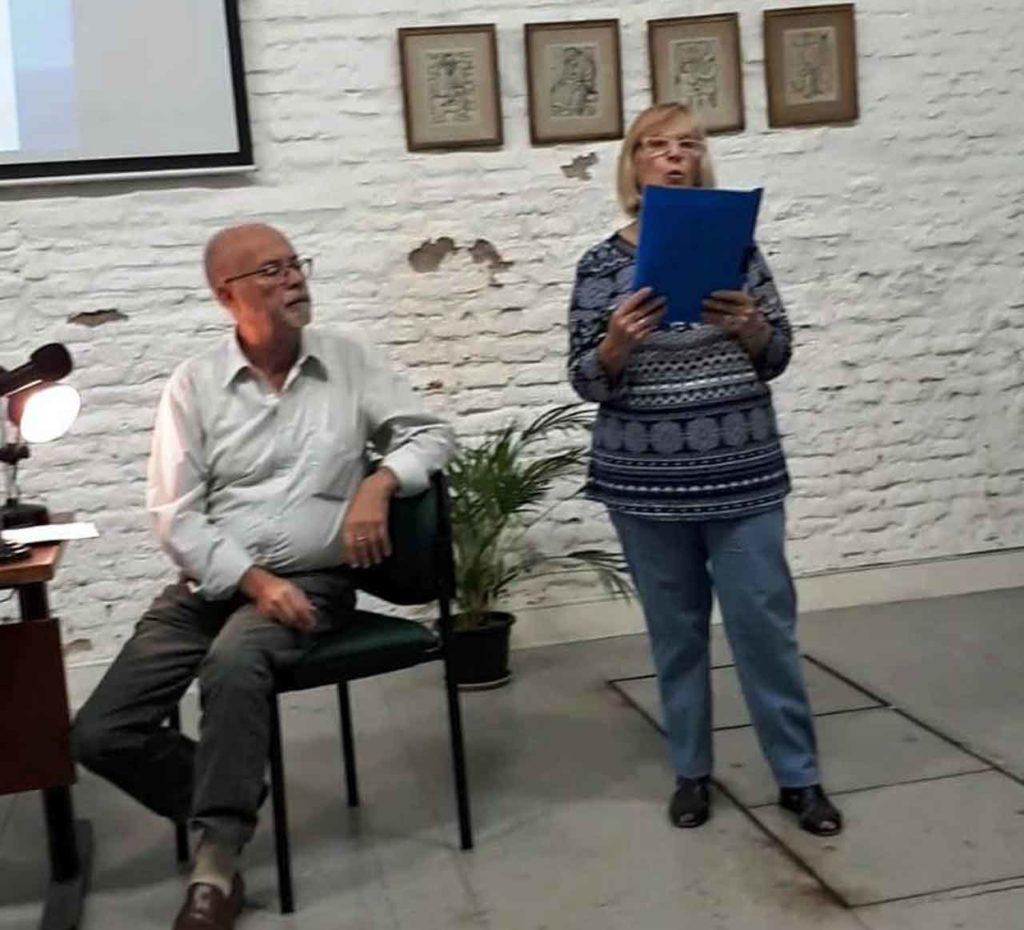 Monterroso escucha atentamente el poema de Seoane en la voz de Consuelo Villar.