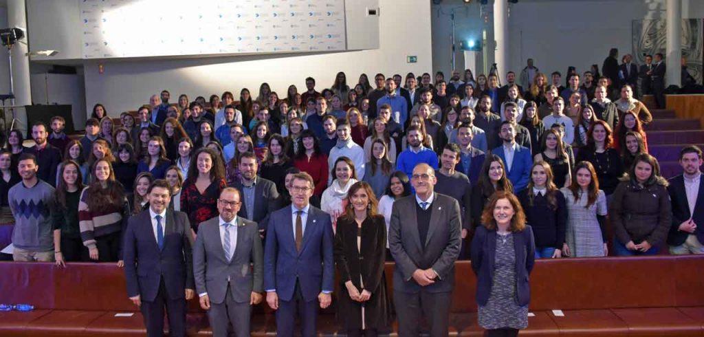 El presidente de la Xunta, Alberto Núñez Feijóo, con los beneficiarios de la segunda edición de las BEME.